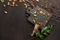Blandade blandade muttrar och choklad på en träskärbräda Bästa sikt med kopieringsutrymme Arkivbild