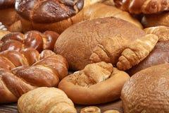 Blandade bröd på vit Arkivfoton
