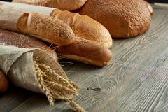 Blandade bröd på vit Royaltyfri Foto