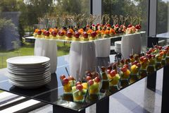 Blandade canapes på en glass tabell för buffé Royaltyfria Bilder