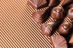 Blandade choklader på brunt Royaltyfria Foton