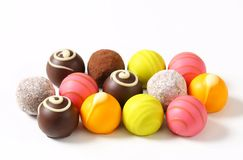 Blandade chokladtryfflar och brända mandlar Arkivfoton