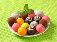 Blandade chokladtryfflar och brända mandlar Royaltyfria Foton