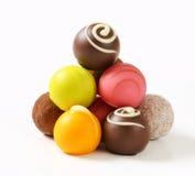 Blandade chokladtryfflar och brända mandlar Royaltyfri Fotografi