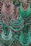 Blandade Chrysoprase smycken på skärm Arkivfoton
