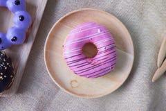 Blandade donuts med choklad glasade glaserade rosa färger Arkivfoto