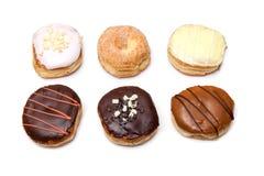 Blandade Donuts med chokladglasyr på kaka Royaltyfria Bilder