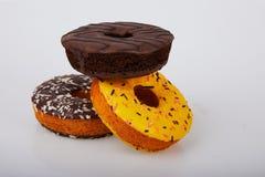 Blandade donuts med glaserade gula glasade och stänkdonuts för choklad royaltyfri fotografi