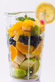 Blandade exotiska frukter i blandare Arkivbild