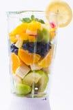 Blandade exotiska frukter i blandare Arkivfoton