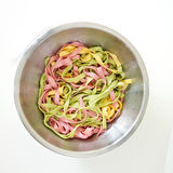 Blandade 3 färgpastas som är klara att äta - göra grön, gulna, rosa färgfärger Arkivbilder