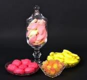 Blandade färgrika gelégodisar och marshmallower Arkivbild