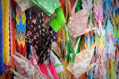 Blandade färgrika papperskranar Royaltyfria Bilder