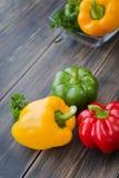 Blandade färgrika variationer av söta peppar Arkivbilder