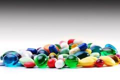 Blandade farmaceutiska kapslar och läkarbehandling Royaltyfri Fotografi