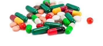Blandade farmaceutiska medicinpreventivpillerar, minnestavlor och kapseliso Arkivbild