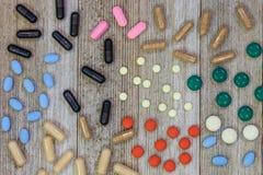 Blandade farmaceutiska medicinpreventivpillerar, minnestavlor och kapselove royaltyfri bild