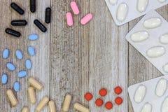 Blandade farmaceutiska medicinpreventivpillerar, minnestavlor och kapselove arkivbild