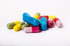 Blandade farmaceutiska medicinpreventivpillerar, minnestavlor och kapslar över svart bakgrund Arkivbild