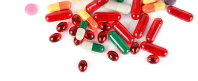 Blandade farmaceutiska medicinpreventivpillerar, minnestavlor och kapslar som isoleras på vit bakgrund Lekmanna- lägenhet Brett f arkivfoton