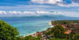 Blandade fartyg som svävar av stranden på Nusa Lembongan, Bali, indonesia Royaltyfria Bilder