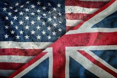 Blandade flaggor av USA och UK flag stålarunion Flaggor av USA och UK som diagonalt delas Royaltyfria Bilder