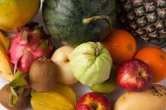 Blandade färgrika frukter Arkivbilder