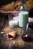 blandade frukostbakelser med mjölkar royaltyfri fotografi