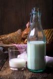 blandade frukostbakelser med mjölkar arkivbild