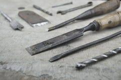 Blandade gamla arbetshjälpmedel på trä Arkivfoto