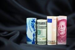 Blandade globala valutor reflekterar lyckad mångfald i busin Royaltyfria Bilder