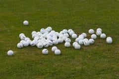 Blandade golfbollar på det gröna gräset Fotografering för Bildbyråer