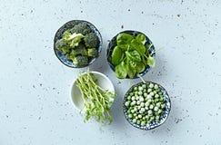 Blandade gröna grönsaker och groddar för att laga mat och sallader arkivfoton