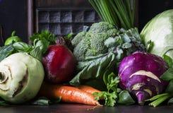 Blandade grönsaker för sommar, sunt ätabegrepp, stilleben på a royaltyfri fotografi