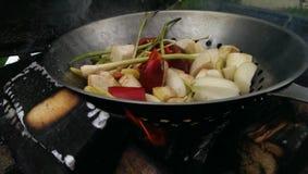 Blandade grönsaker i en woka royaltyfri bild