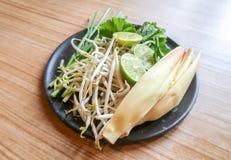 Blandade grönsaker i svart platta royaltyfri fotografi