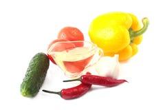Blandade grönsaker, ny spansk peppar, tomat, chilipeppar, gurka, olivolja, vitlök och grönsallat som isoleras på vit Royaltyfri Fotografi