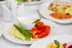Blandade grönsaker på en vit pläterar arkivfoton