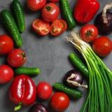Blandade grönsaker på grå färger Arkivbilder
