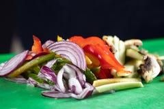 Blandade grönsaker som skivas för att laga mat Royaltyfria Bilder