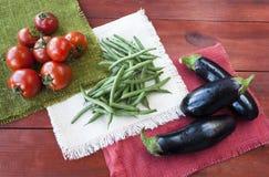 Blandade grönsaker, tomater, bönor och aubergine royaltyfri bild
