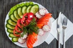 Blandade grönsaker. tomater, gurkor och peppar Arkivfoto