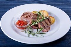 Blandade grillade kött och grönsaker på en vit trätabell äta som är sunt ovanför sikt arkivbild