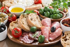 Blandade italienska antipasti - delikatessaffärkött, ny ost och oliv Royaltyfri Foto