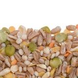 Blandade korn och pulsgränsbakgrund Vintermat inkluderar röda och gula linser för torkade delade ärtor, pärlemorfärg korn Arkivfoton