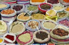 Blandade kryddor i marknad av cairo Egypten Arkivfoto