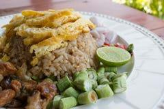 Blandade lagade mat ris med räkadeg Arkivfoton