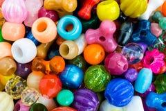 Blandade mångfärgade pärlor arkivfoto