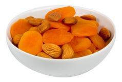 Blandade mandelar och torkade aprikosar Arkivbild