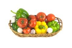 Blandade mogna grönsaker i vide- korg isolerade closeupen Royaltyfri Foto